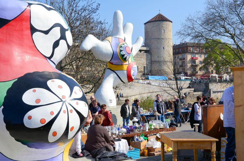 1528_1_Altstadt-Flohmarkt_in_Hannover_am_Leibnizufer_Mike-Gehrke-Promenade_zwischen_den_Nanas_mit_Blick_